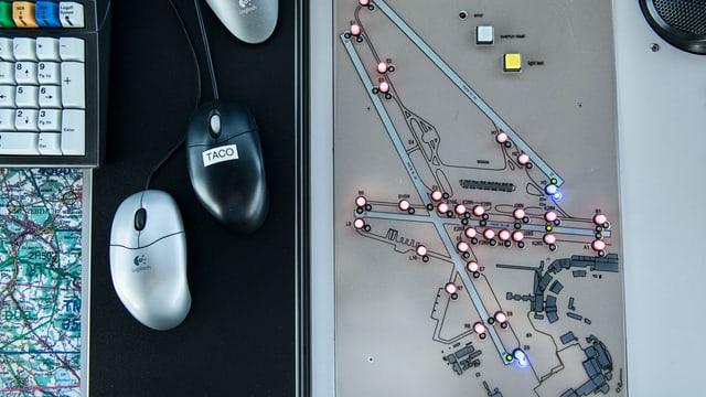 Drei Computermäuse, daneben ein Plan des Flughafens Kloten mit Lichtern.