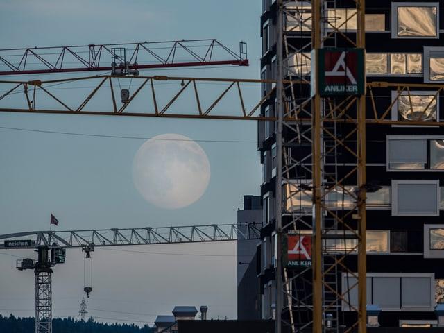 Mond neben Gebäude bei Förrlibuck-Areal