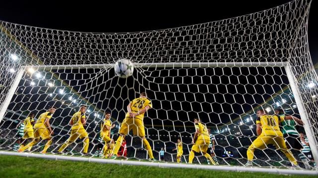 Der Ball geht vorbei an der kompletten Dortmund-Hintermannschaft ins Tor.