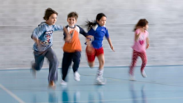Kinder rennen durch Turnhalle.
