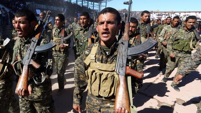 Kämpfer der syrischen Demokratischen Kräfte (SDF) feiert das einjährige Jubiläum der Befreiung von Al-Rakka.