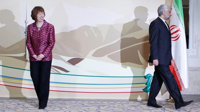 Catherine Ashton schaut einem weglaufenden Mann hinterher.