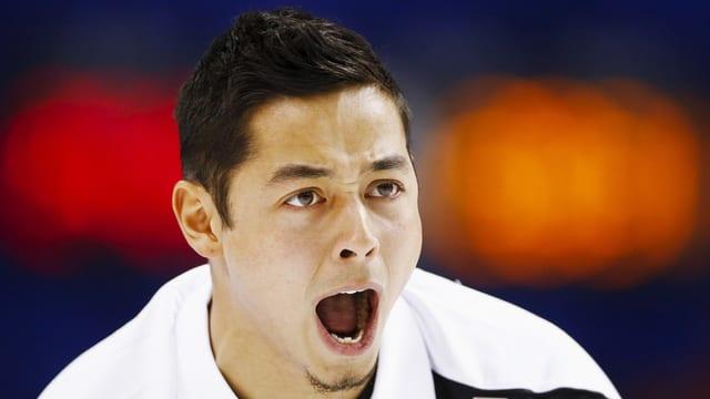 Marc Pfister, skip da l'equipa svizra da curling sbragia
