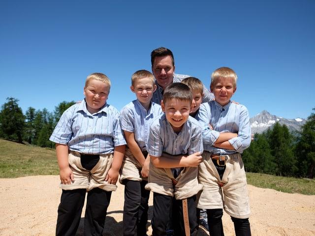 Fünf Kinder des Schwingklub Oberwallis posieren fürs Foto.