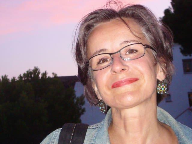 Eine Frau mit einer Brille.