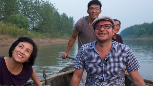 SRF-Korrespondent Pascal Nufer auf dem Boot mit der Familie seiner ehemaligen Haushälterin.