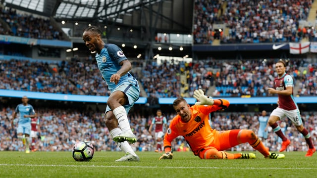 Raheem Sterling dribbelt um West-Hams-Goalie herum.