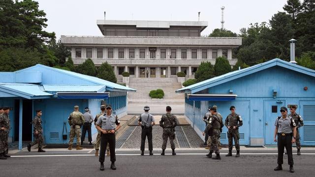 Südkoreanische und US-amerikanische Soldaten vor der entmilitarisierten Zone