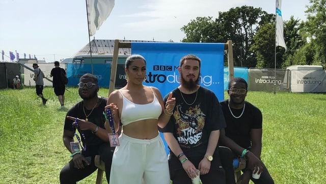Ta'Shan mit Band vor BBC Introducing-Banner