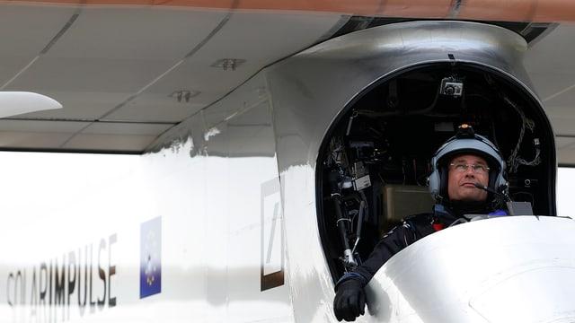 Bertrand Picard in seinem Solarflugzeug.