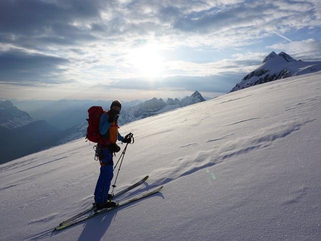 Ein Skitourengänger fotografiert den Fotografen.