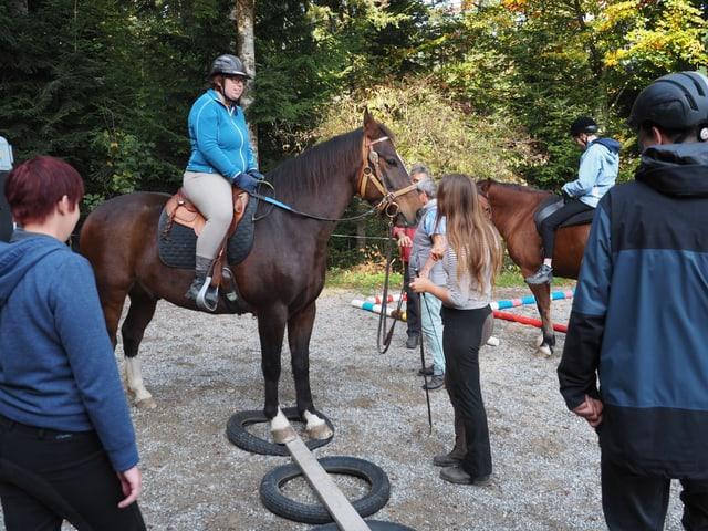 Eine Teilnehmer mit ihrem Pferd auf einem Geschicklichkeitsparcour