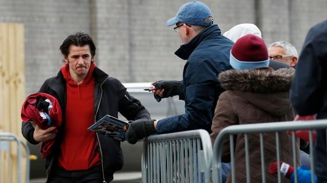 Joey Barton (links) läuft an einer Gruppe Fans vorbei