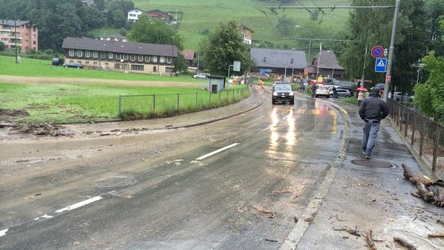 Die überschwemmte Hergiswaldstrasse in Kriens.