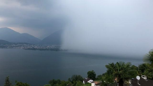 Schauerzelle über dem Lago Maggiore.