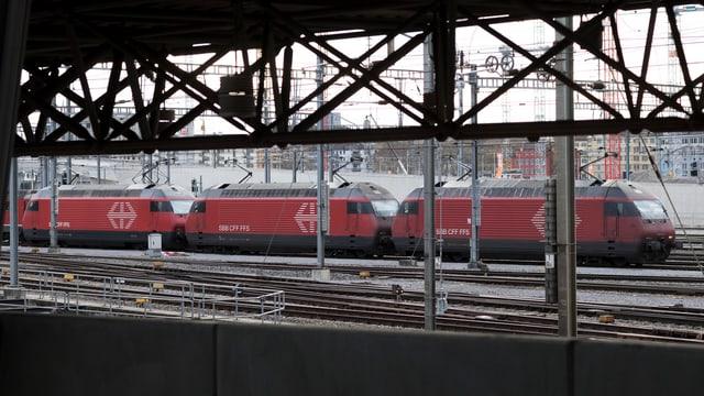 locomotivas da las Viafiers federalas a la Staziun Hardbrücke