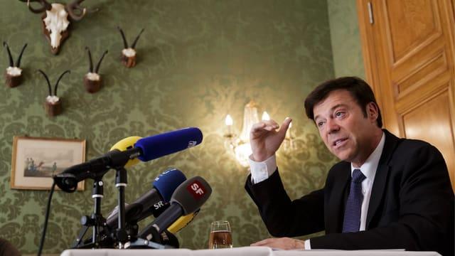 Christoph Mörgeli gestikuliert an einer pressekonferenz. (keystone)