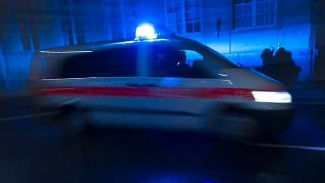 Polizeiauto mit Blaulicht in der Dunkelheit