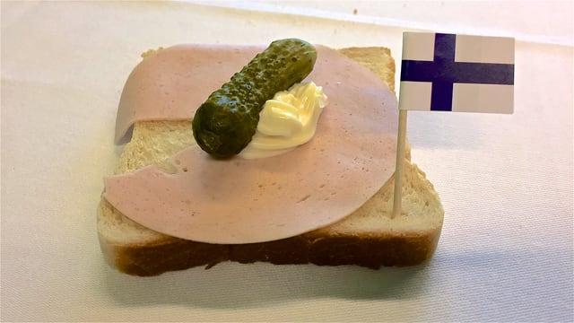 Toastscheibe mit einer ganzen Gurke