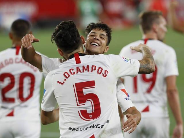 Nach den Treffern nahmen die Sevilla-Spieler die Abstandsregeln nicht ganz so genau.