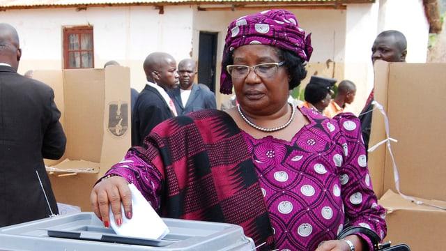 Joyce Banda wirft ihren Wahlzettel in die Urne