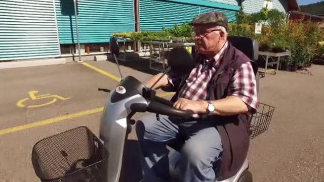 Mann auf rollendem Fahrzeug.