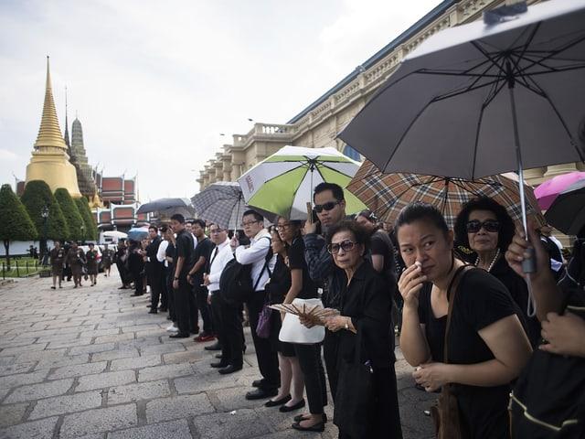 In Bangkok stehen Tausende Menschen an, um an der Zeremonie für die rituelle Leichenwaschung des verstorbenen Königs teilzunehmen. (getty images)