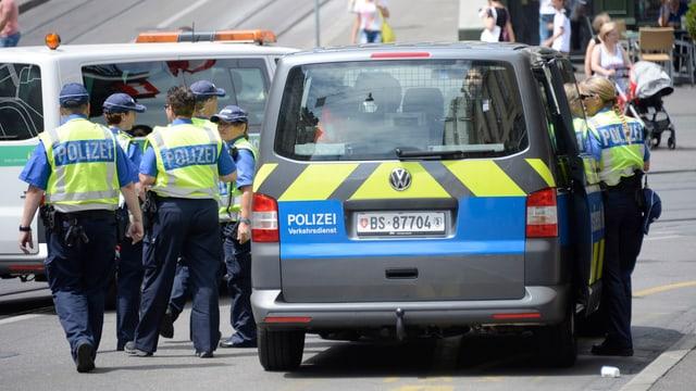 Basler Polizistinnen und Polizisten bei einem Einsatz in der Innenstadt.