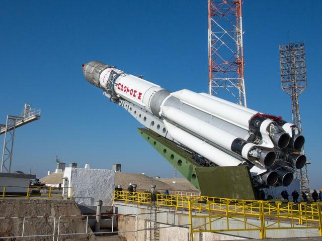 Die Proton-Trägerrakete wird aufgerichtet