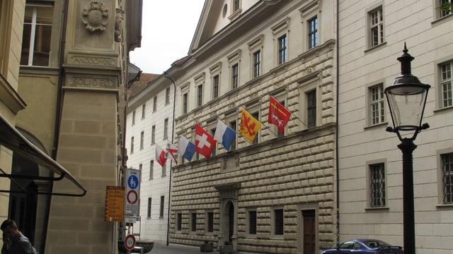 Das Luzerner Regierungsgebäude mit Fahnen