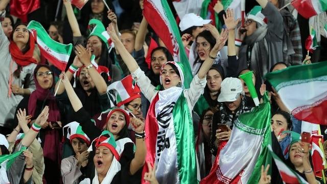 Manche Frauen trugen die Nationalflagge als Kopftuch, andere hatten sich das Gesicht in den Farben des Landes bemalt.