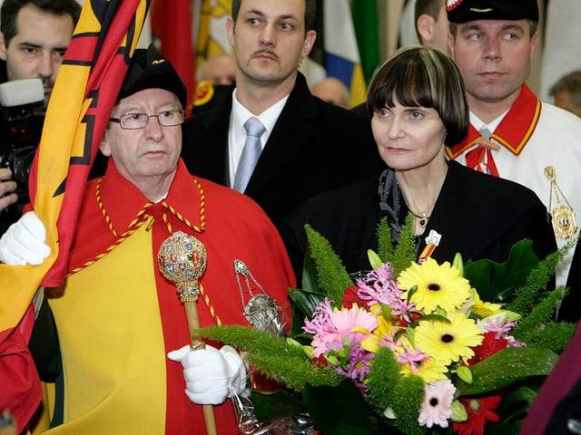 Micheline Calmy-Rey mit Blumenstrauss