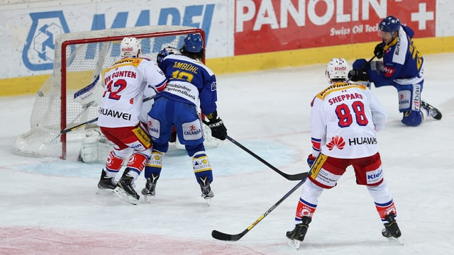 giugaders da hockey avant il gol.
