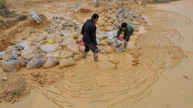 Männer arbeiten in einer Mine.