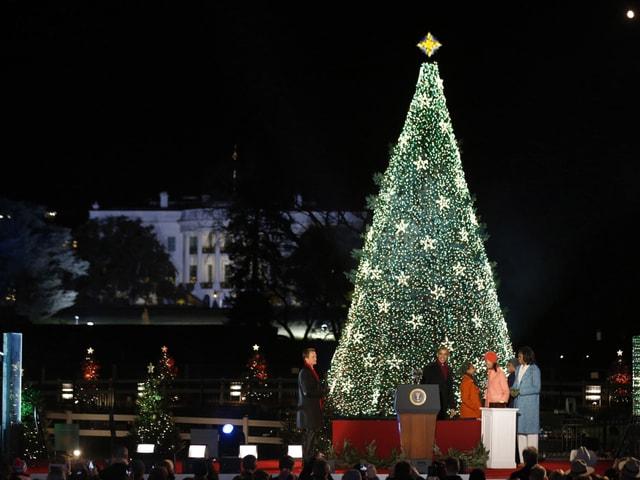 Familie Obama vor dem erleuchteten Weihnachtsbaum