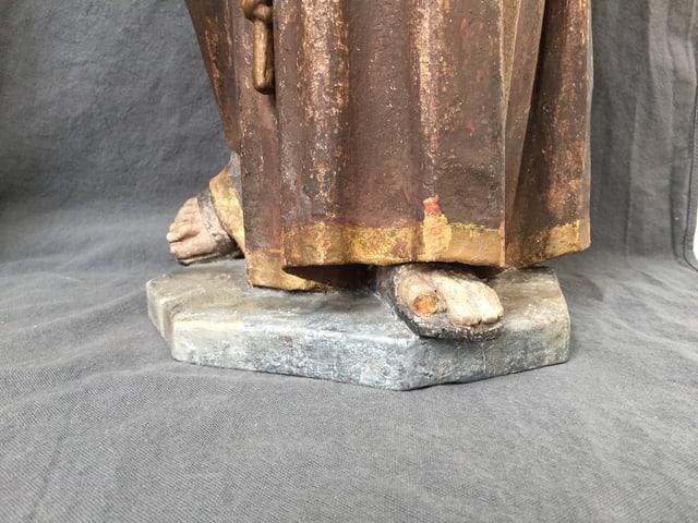 Der Fuss der Figuren des heiligen Antonius ist kaputt.