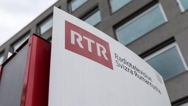 Tafel mit RTR Aufschrift, rot-weiss.