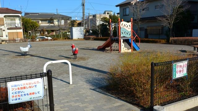 Ein Kindergarten mit zwei Verbotsschildern.