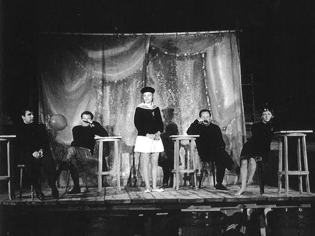 Ein schwarz-weiss Bild, Schauspieler auf einer Bühne