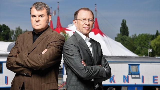 Mike Müller (links), Viktor Giacobbo (rechts) vor dem Zirkuszelt