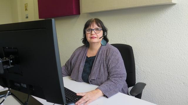 Sabine Lehn in der Telefonzentrale der neuen Notfallnummer