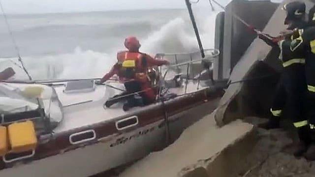 Ein Segelschiff in Not.