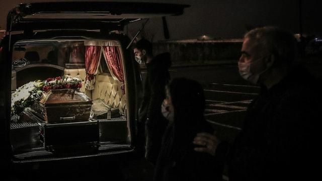 Angehörige verabschieden sich von einem Toten