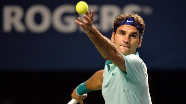 Roger Federer wirft den Ball zum Aufschlag in die Luft.