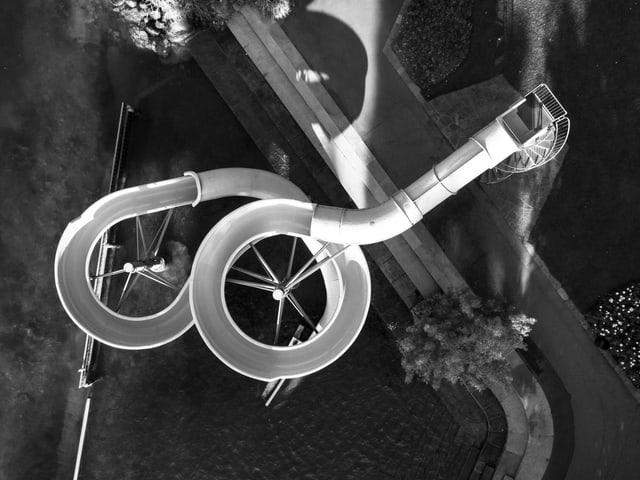 Eine Wasserrutschbahn von oben fotografiert.