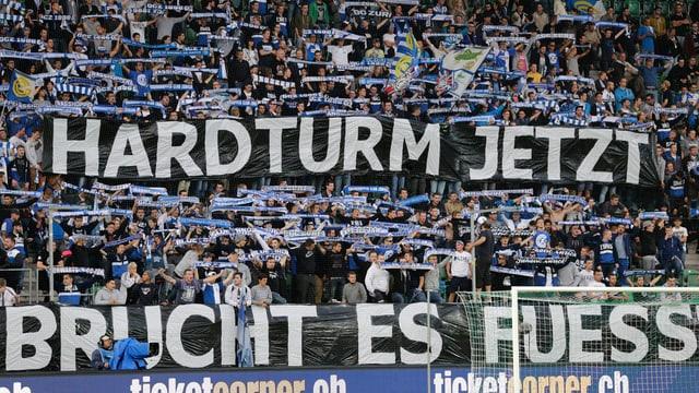 Fussballfans halten ein Banner, auf dem steht: «Hardturm jetzt»
