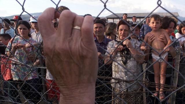 Kosovarische Flüchtlinge erreichen 1999 die mazedonische Grenze, nachdem sie von serbischen Milizen vertrieben wurden.