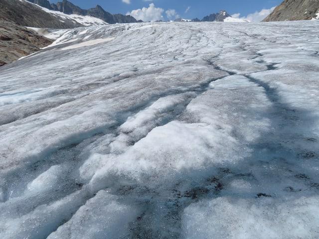 Der bereits schneefreie Rhonegletscher schmiltz weiter in der Junisonne.