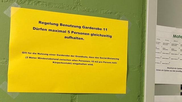 Plakat vor der Garderobe, das auf die Hygieneregeln hinweist.