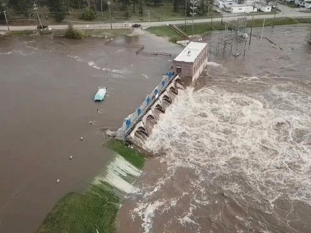 Wassermassen durchbrechen Damm
